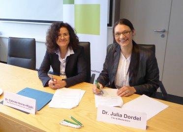 Ministerin Dr. Gabriele Heinen-Kljajić und Dr. Julia Dordel (Film & Medienbüro). Foto: Bernd Wolter